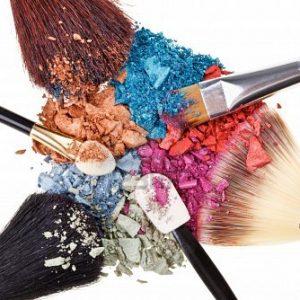 9567877-composicion-con-pinceles-de-maquillaje-y-rotas-multicolores-sombras-de-ojos